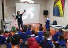 Silvia Casu mostra ai bambini distanze e proporzioni